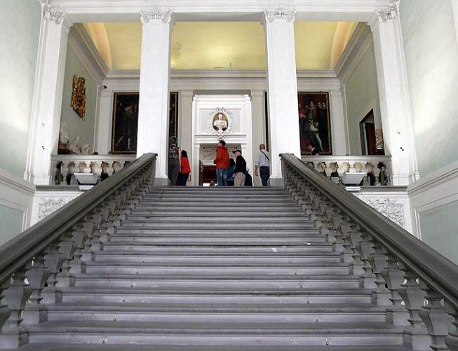 Центральная лестница Галереи Уффици